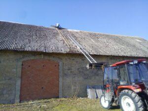 Sõber Mihkel paigaldab tulevase meemaja katuseharja plekki